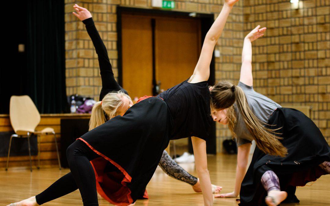 Dansetrioen  øvar  i  festsalen