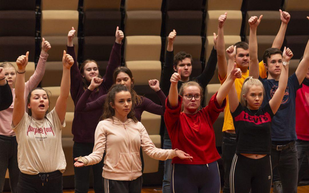 Dansarane  gjer  seg  klare  til  Ørsta  kulturhus